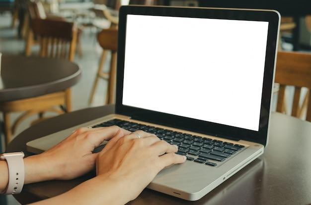 女性のコンピューターのラップトップ