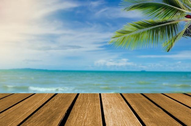 ウッドトップテーブルの海とビーチ