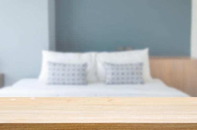 寝室の上に木製のテーブルトップぼかし枕