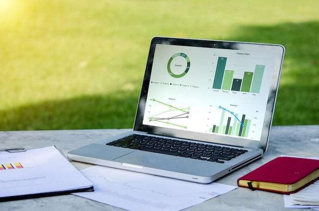 Ноутбук и деловые документы