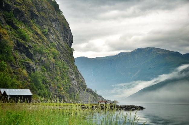 Сценический вид фьордов норвегии с туманом по утрам.
