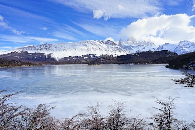 パタゴニアの山岳地帯の背景にある凍った湖。