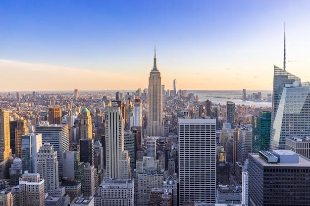 アメリカ合衆国日没時の高層ビルとダウンタウンマンハッタンのニューヨーク市のスカイライン