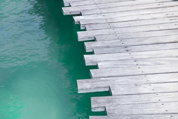 海の背景の上の木の橋のクローズアップ