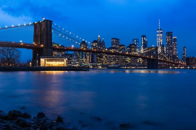 ブルックリンブリッジマンハッタンのダウンタウンの街並み夕日ニューヨークアメリカ