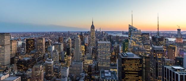 ニューヨーク市のスカイラインマンハッタンダウンタウンエンパイアステートビルディングの高層ビルの夜の米国のパノラマ写真
