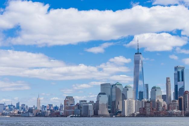 Манхэттен в центре нью-йорка с центром единой мировой торговли и небоскребами сша