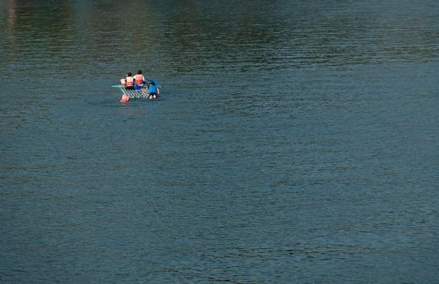 川でいかだで泳いでいる人々の平面図です。