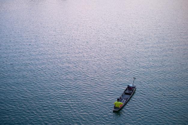 夜の光でボートに乗って漁師の美しい平面図です。