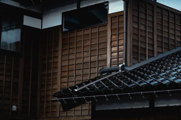 日本の伝統的な古いスタイルの家の木製の壁とレンガタイル