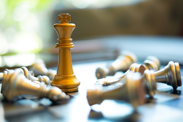 競争、リーダー、勝者、戦略、ビジネスおよび成功の概念のためのチェスボードゲームの設定