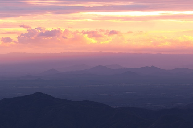 Живописный вид на силуэт горы против неба во время заката и луч
