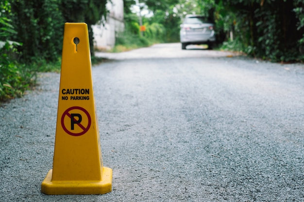 黄色の道路上の駐車禁止標識