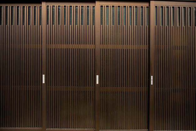 茶色のアルミ製ドアパターン。