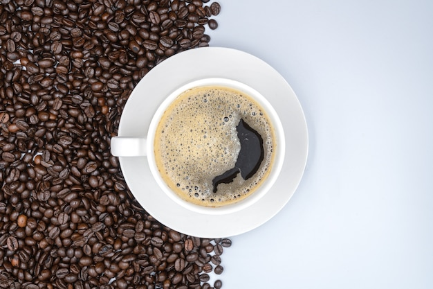 上面図。白い背景に白いコーヒー