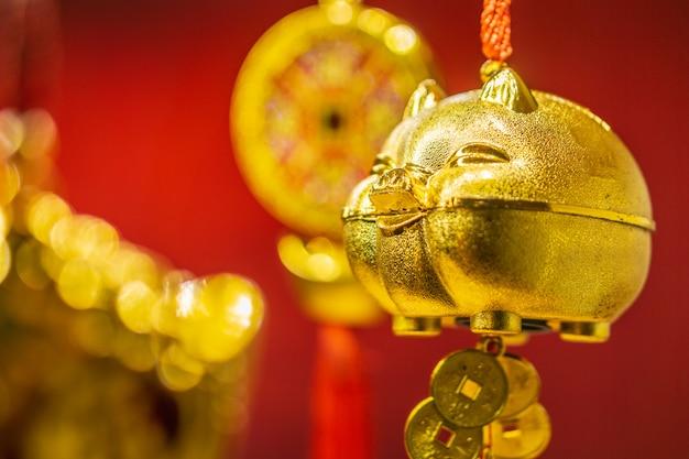 赤い背景の上の黄金の豚