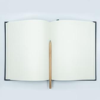 白い背景の上に空のページで開閉のノートブック