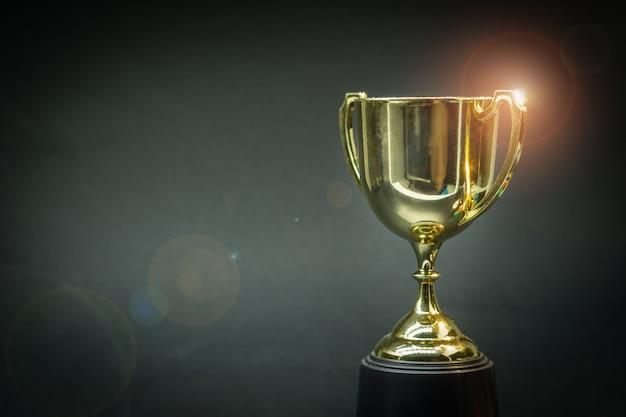 Трофей на вершине старого деревянного стола перед доской.