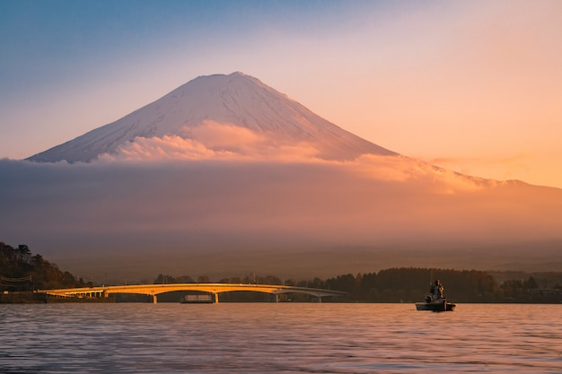 Закат на горе фудзи с людьми в японии осеннего сезона