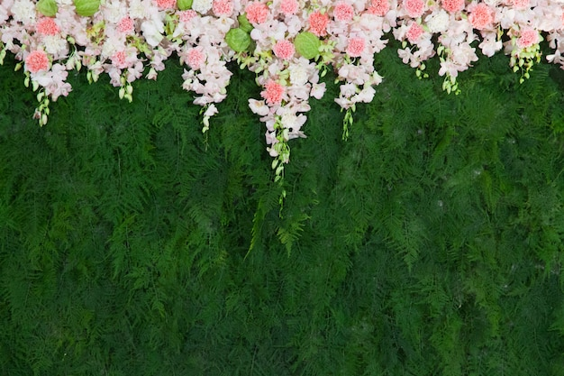 結婚式の装飾のための美しい花と緑の葉の背景