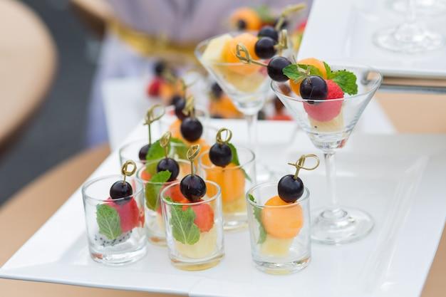 健康的な新鮮な果物とガラスを混ぜたスライス