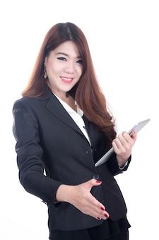 Портрет успешной улыбкой деловой женщины, протягивающей руку