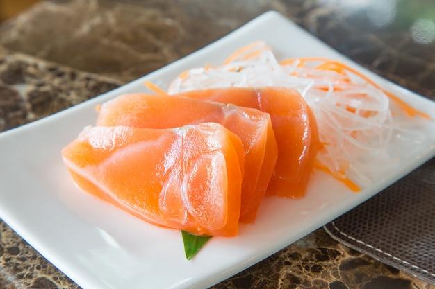 野菜皿に新鮮なサーモン