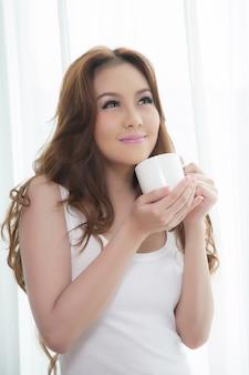 Красивые азиатские женщины пьют кофе