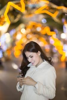 Портрет счастливой женщины в зимней одежде