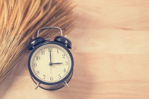 木の上のレトロな目覚まし時計