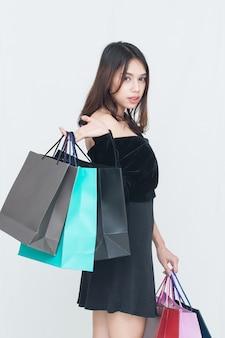 買い物袋を持つ幸せなアジア女性