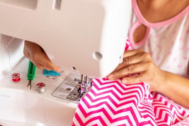 彼女のミシンで働く女性の裁縫師