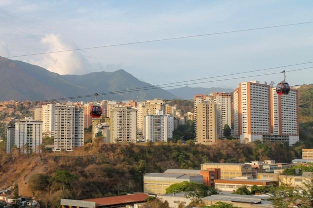 ベネズエラ、カラカスのパロベルデから見た索道