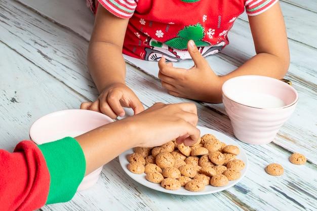クリスマスの日にミルクとクッキーを食べる妹