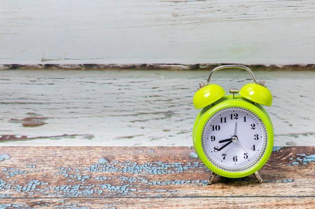 古典的な目覚まし時計の眺め