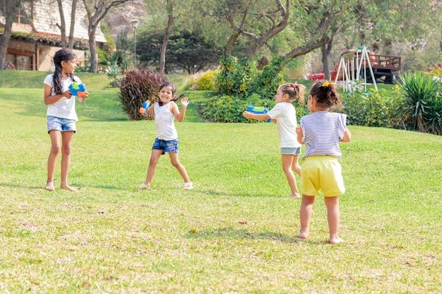 夏に水で遊ぶ女の子