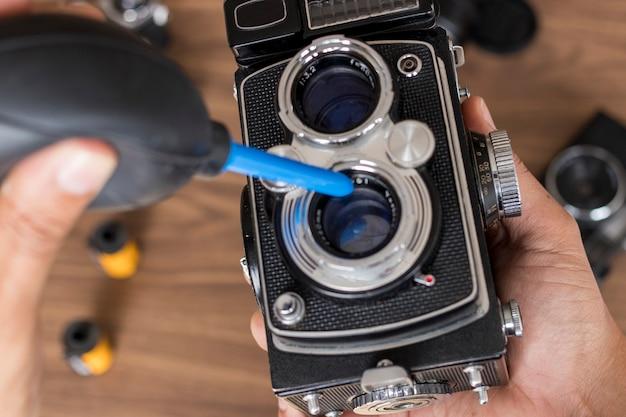 Выполнение очистки винтажного фотоаппарата