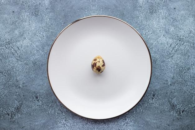 ウズラの卵は装飾的なプレートの中と背景に
