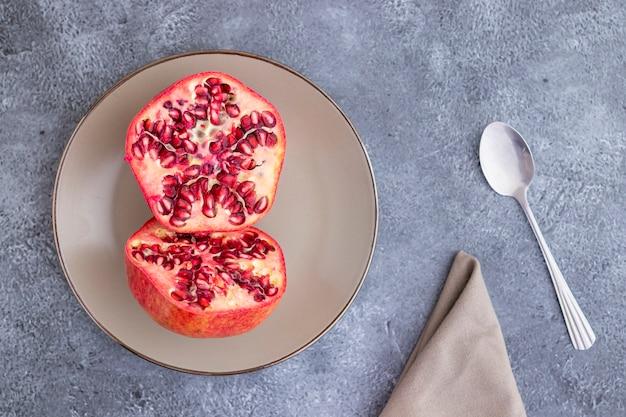 ザクロの果実を半分に切って皿に盛る