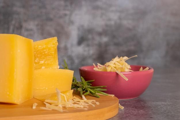 パルメザンチーズとハーブのトレイ