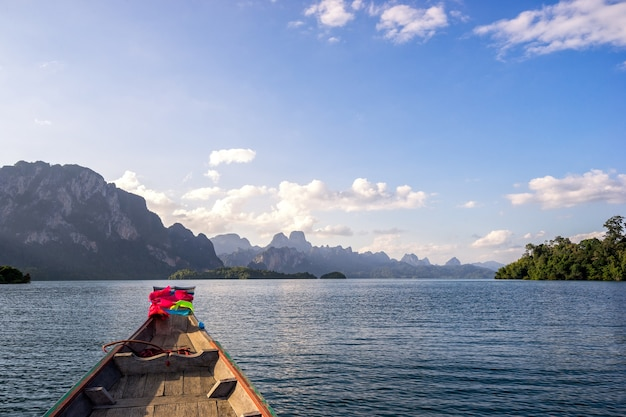 美しい高山と中の長い尾のボートからチーウァン湖の眺め