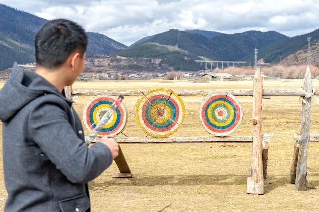 アーチェリーは、主に競技スポーツやレクリエーション活動です。ターゲットに焦点を合わせる。