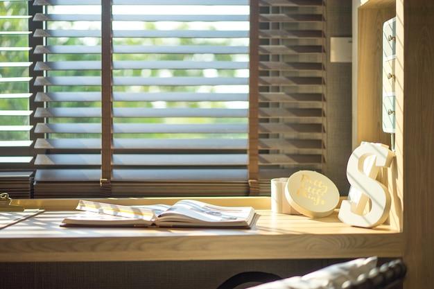 В современной спальне светит прекрасный вечерний солнечный свет.
