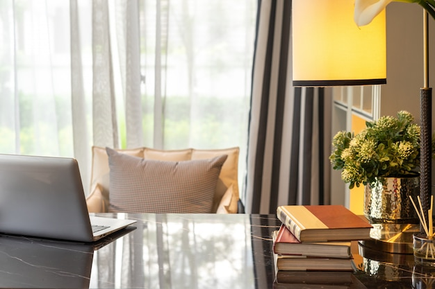 快適で安らかな経験のためのホームオフィスと設備。インテリア・デザイン。
