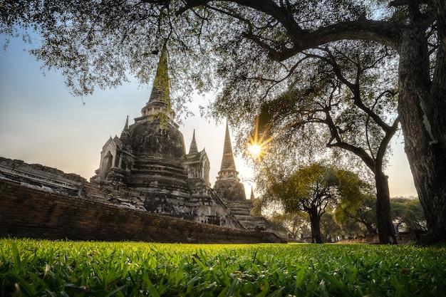 タイの仏教寺院の古代の塔。