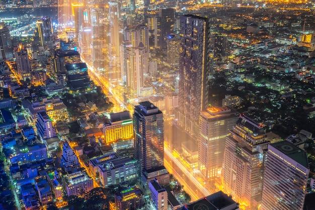 バンコク市夜、タイのバンコク近代的なオフィスビルの街並み。