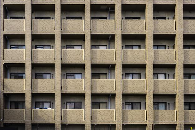 Балконы и окна многокомнатного жилого дома в японии.