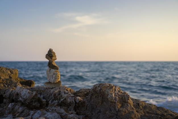 海の近くの岩が多い丘の風景写真。