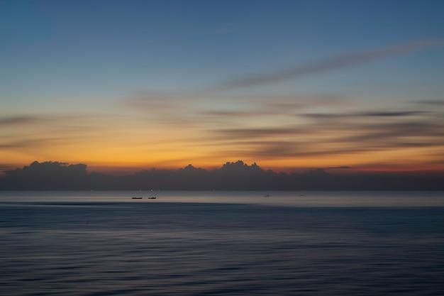 夕日や日の出の海でボートで美しい海の景色。自然光。