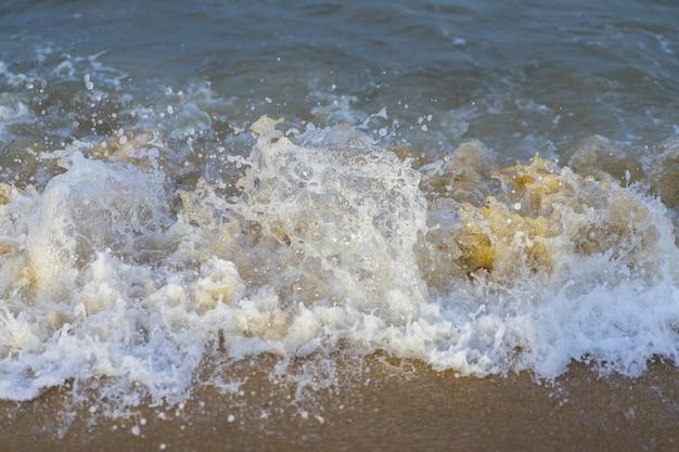 砂浜のビーチで海の波の美しい自然の風景